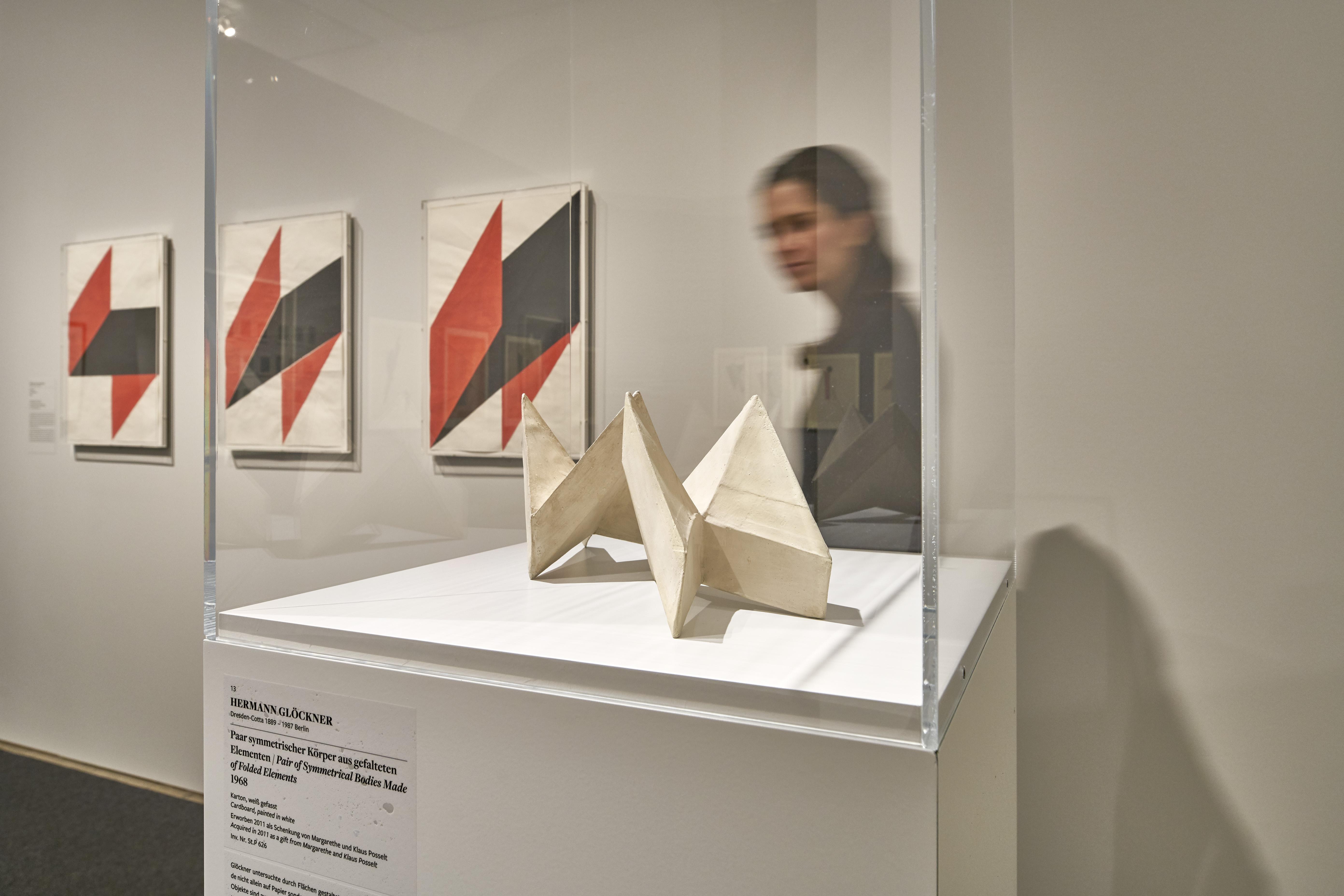 Ausstellungsansicht 'In die dritte Dimension. Raumkonzepte auf Papier vom Bauhaus bis zur Gegenwart'. Foto: Städel Museum