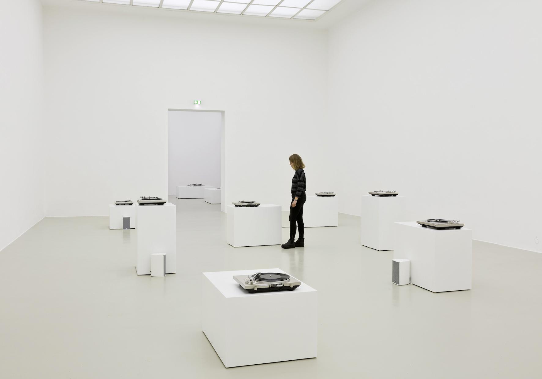 Susan Philipsz. Seven Tears, 2016. Ausstellungsansicht Kunstverein Hannover 2016. Courtesy Galerie Isabella Bortolozzi, Berlin, und Tanya Bonakdar Gallery, New York. Foto: Raimund Zakowski