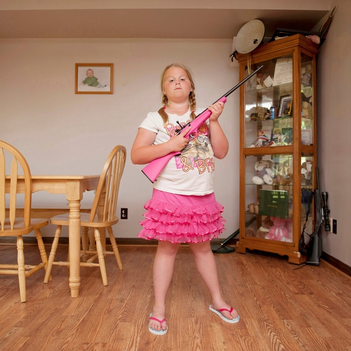 An-Sofie Kesteleyn: My First Rifle (Abby), 2013, C-Print, 100 x 100 cm. © die Künstlerin