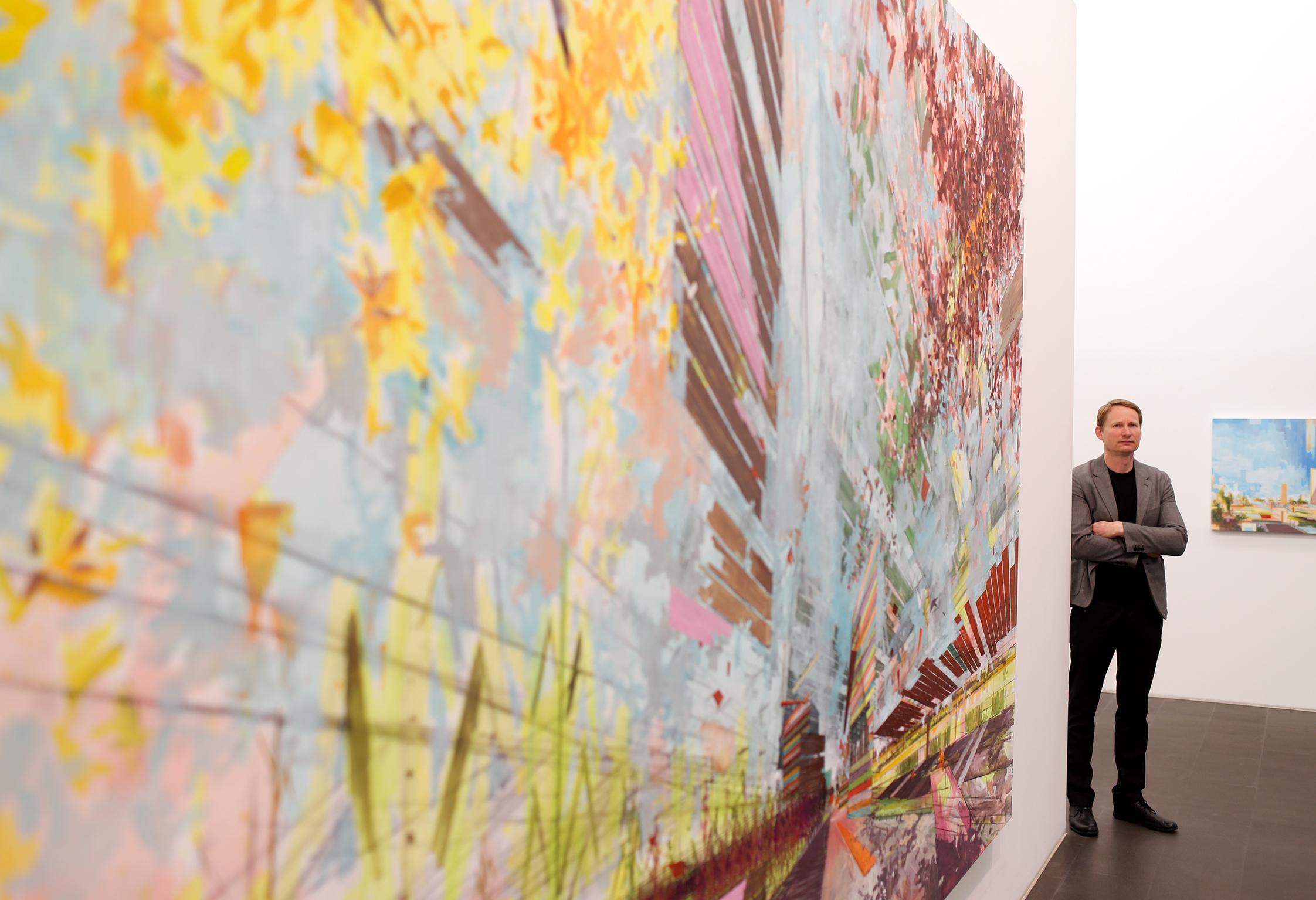 David Schnell neben seinem Bild Thermik von 2007 Foto: Georg Lukas, Essen