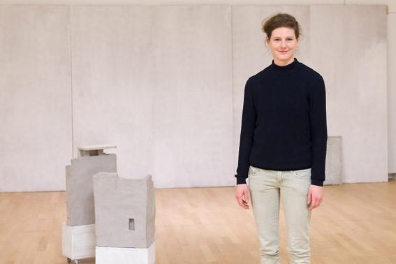 "Ulrike Schulze neben ihrer Arbeit ""Panama"". Foto: Stefan Arendt, LVR-ZMB"