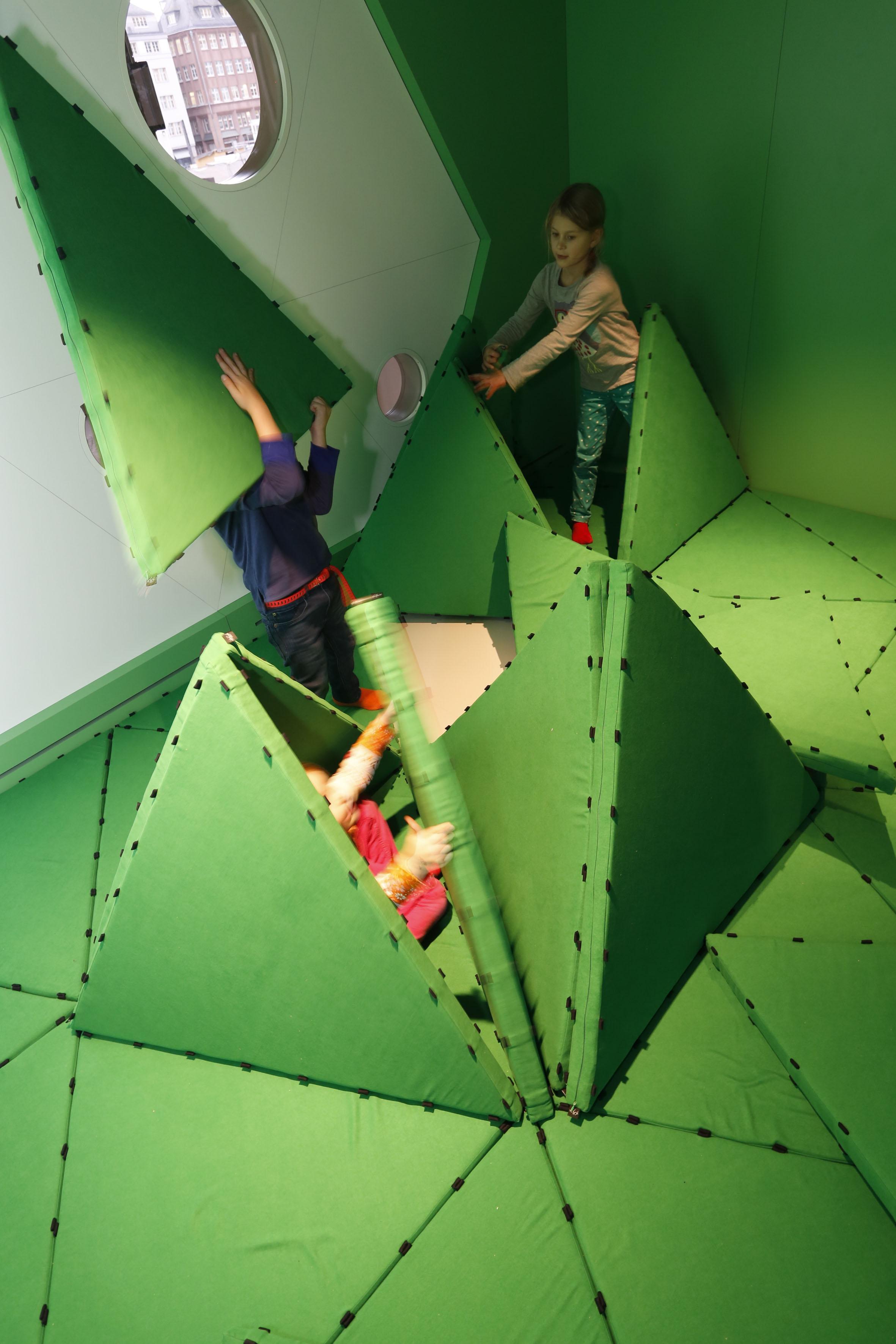 MINISCHIRN: Kinder im Faltraum.© Schirn Kunsthalle Frankfurt Foto/Photo: Norbert Miguletz.
