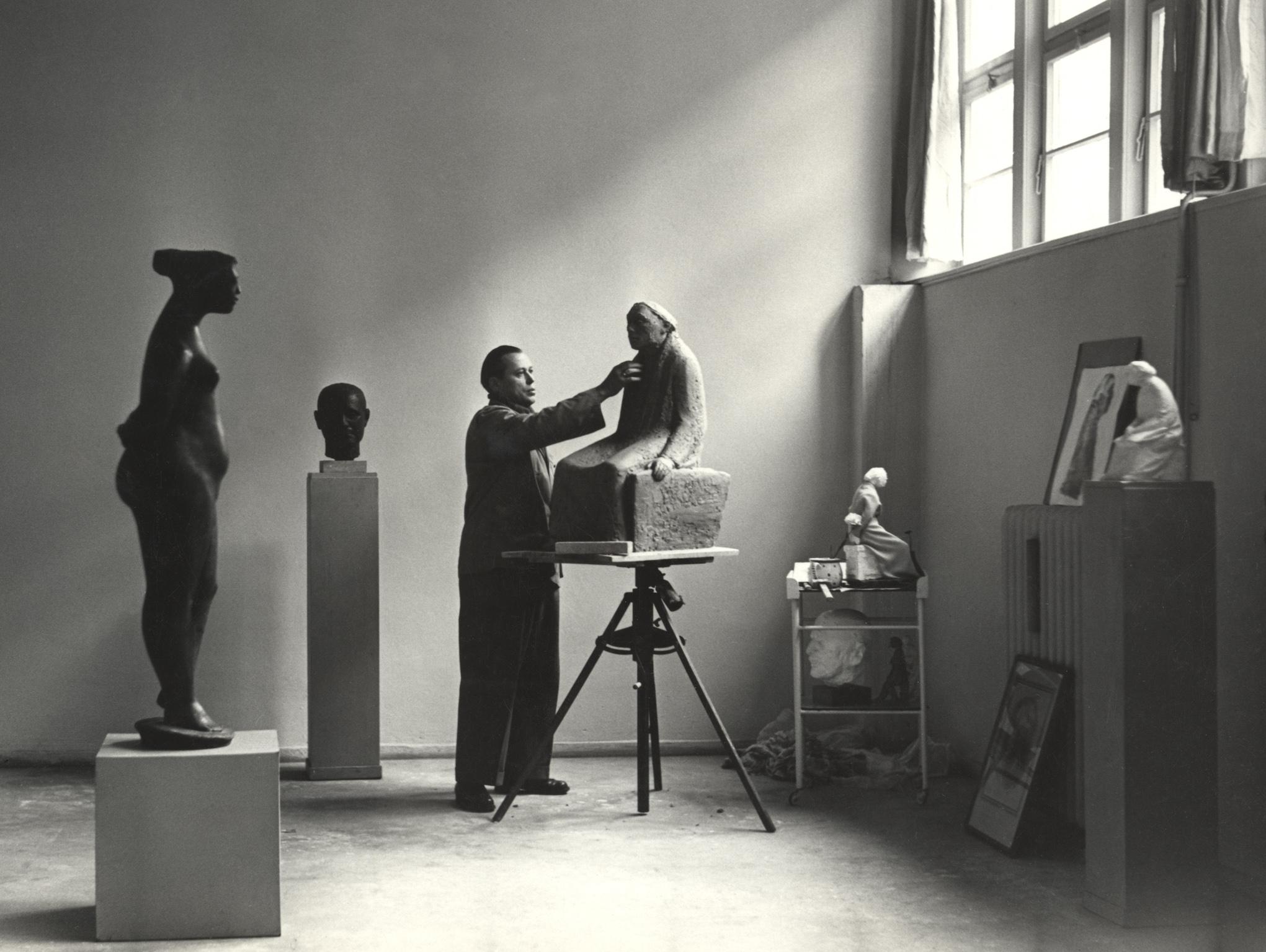 // Gustav Seitz in seinem Atelier in der Akademie der Künste, Berlin, Pariser Platz, 1957, bei der Arbeit am Gipsmodell zum Kollwitz-Denkmal © Gustav Seitz Stiftung, Hamburg