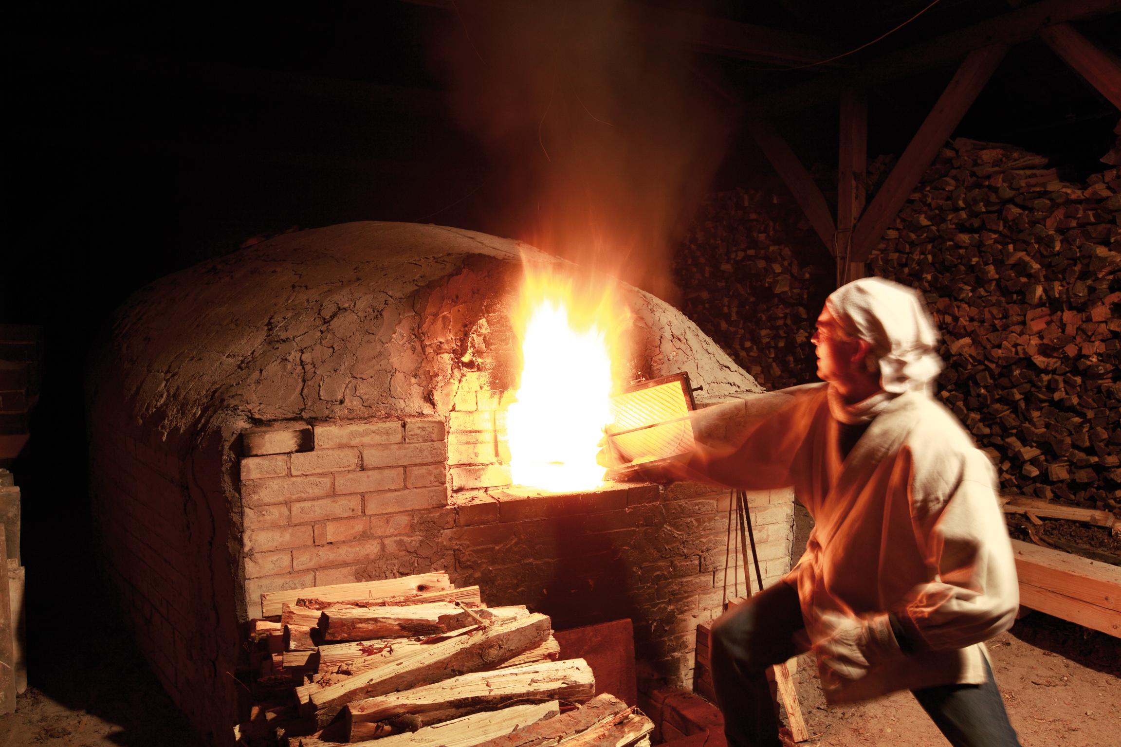 Jan Kollwitz beim Feuern des Anagama-Ofens. Photo: Götz Wrage