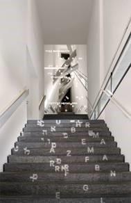 Lichtprojektion auf der Treppe zur Dauerausstellung, Entwurf: Arbeitsgemeinschaft Chezweitz GmbH/ Hella Rolfes Architekten BDA