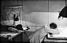 Erich Consemüller (1902–1957), Beim Wettbewerb!, um 1927, © Stiftung Bauhaus Dessau/Klassik Stiftung Weimar, Bauhaus-Museum (Dauerleihgabe aus Privatbesitz)/ © (Consemüller, Erich) Consemüller, Stephan | Entwurf: Curt Fischer (1890–1956) / Hersteller: Industrie-Werk Auma.