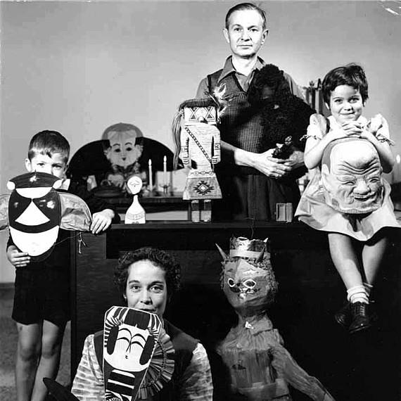 Alexander Girard und seine Familie posieren mit Objekten aus seiner Folk Art Kollektion, 1952, © Ezra Stoller/Estostock, Foto: Ezra Stoller
