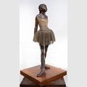 Edgar Degas (1834–1917). Kleine 14-jährige Tänzerin, 1878/79–1881.Bronze, H. 98 cm. Europäische Privatsammlung © Städel Museum, Foto: Horst Ziegenfusz